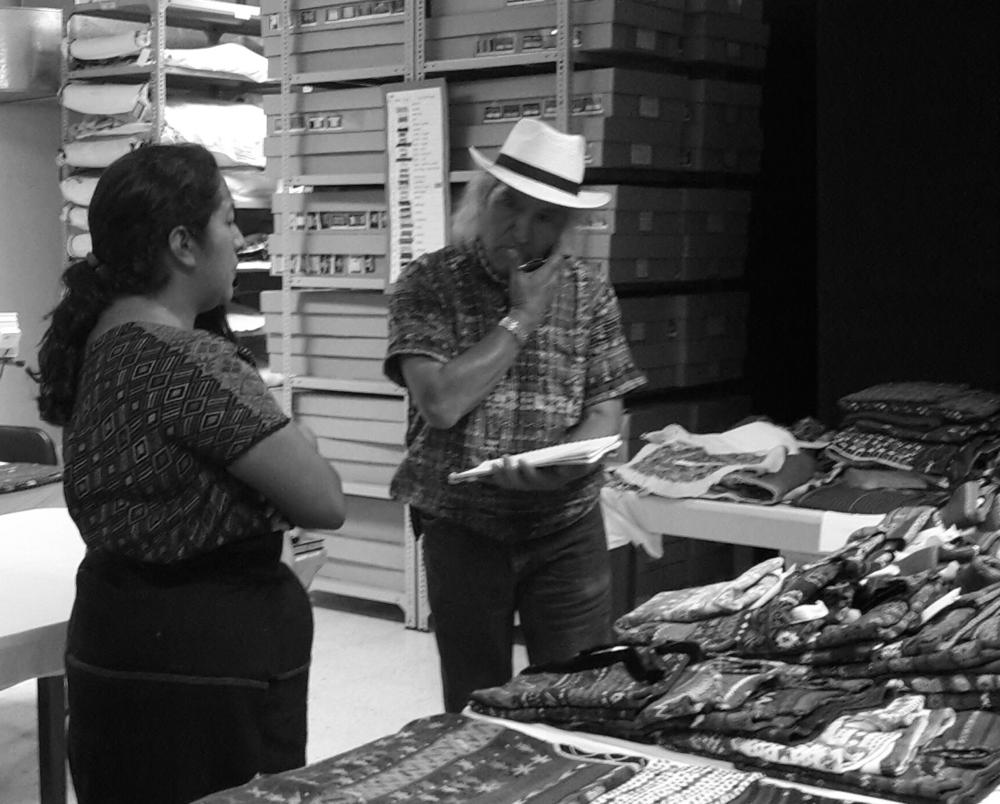 Don Humberto Ak'abal con Violeta Gutiérrez en la Colección del Museo Ixchel  06.07.2016.png