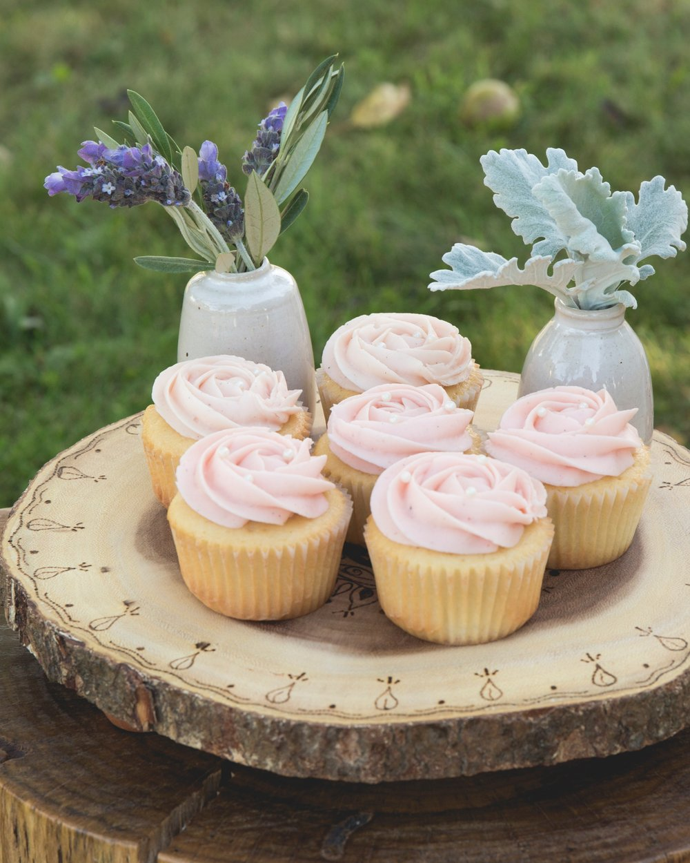 Cupcakes on wooden plate-2.jpg