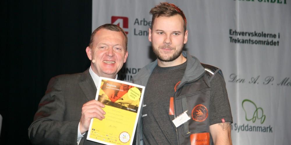 Peter Schytt-Nielsen Pagh modtager sit flotte diplom og bevis på, at han i 2016 er Danmarks bedste maskinsnedker.  Foto: Svendborg Erhvervsskole