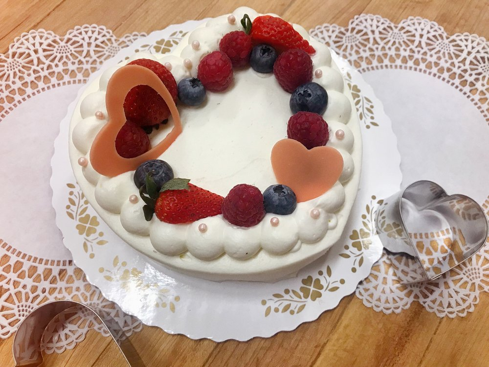 "Strawberry ""Princess"" Shortcake - Strawberry ""Princess"" Cake - A dreamy strawberry shortcake filled with layers of soft almond sponge, freshly whipped cream, and a bouquet of strawberry slices, enveloped within a ring of luscious whipped cream, handmade white chocolate hearts and fresh berries! 👑♥️🍓 Perfect for any royalty!ストロベリー「プリンセス」ケーキ:たっぷりないちご、生クリーム、アーモンドスポンジを重ね合わせ、お嬢様も大好きなしっとりした生クリームで贅沢に包み込み、お手製のホワイトチョコレートハートと季節のベリーを並べ乗せました。一途に恋するお嬢様の初々しさ、可愛らしさと優しさを表現したハート型♥️いちごショートケーキ!"