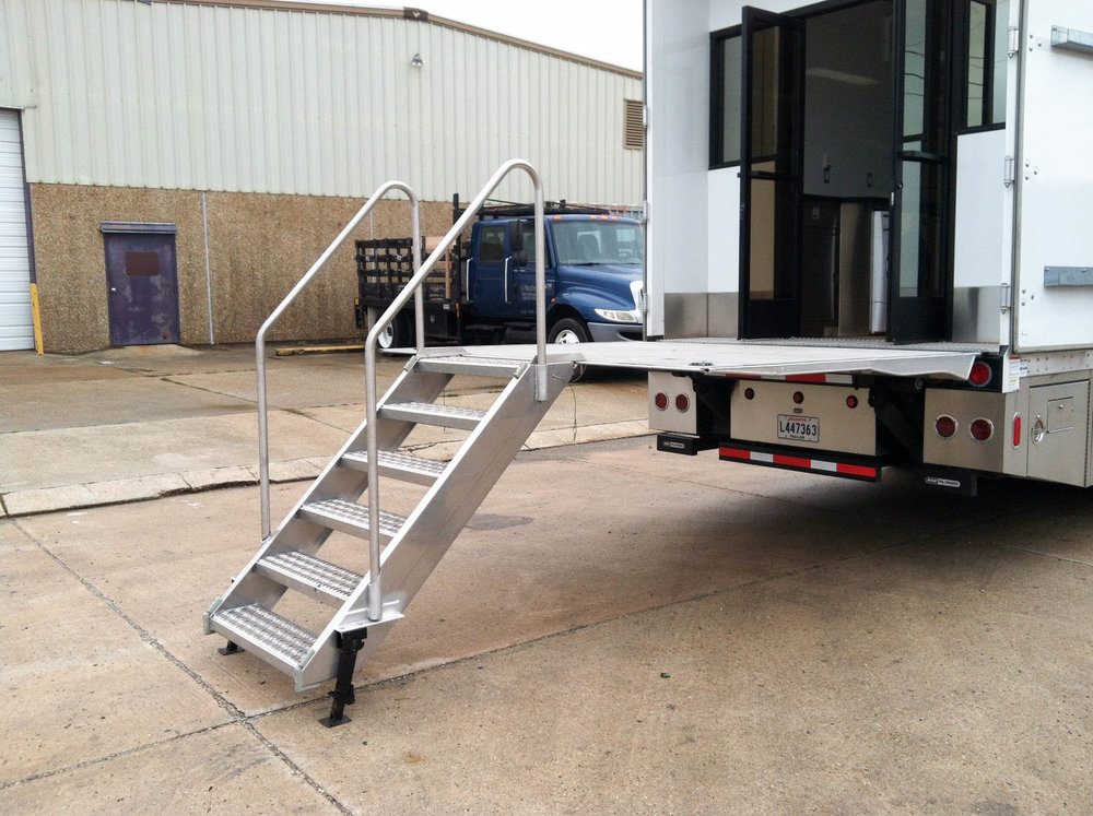 Wardrobe 1 Ext - Liftgate Step.jpg