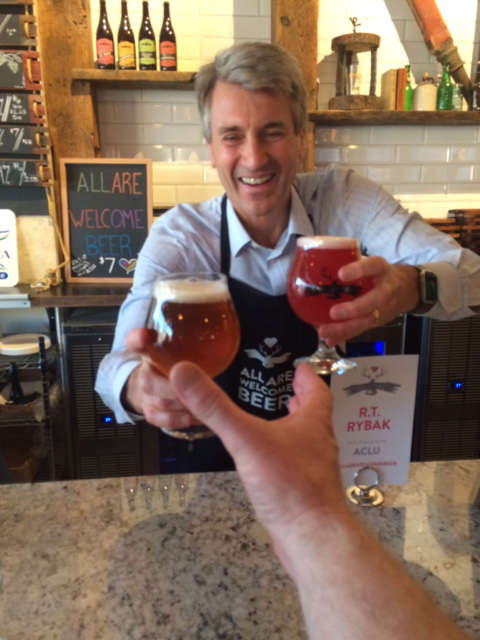 Former Mayor R.T. Rybak is giving me a beer and he likes it!