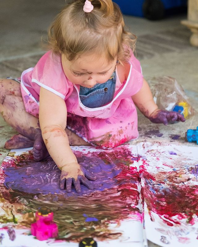 """""""It took me four years to paint like Raphael, but a lifetime to paint like a child."""" ⠀ -Pablo Picasso⠀ .⠀ .⠀ .⠀ .⠀ .⠀ .⠀ #familyphotography #documentaryfamilyphotography #losangelesfamilyphotographer #southbayphotographer #palosverdesphotographer #letthekids #candidchildhood #letthemplay #fingerpainting @roxykat"""