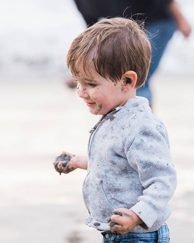 hands (and ears) full of mud!⠀ .⠀ .⠀ .⠀ .⠀ .⠀ .⠀ #familyphotography #losangelesfamilyphotographer #southbayphotographer #palosverdesphotographer #beachsession #toddler #mud #letthekids #candidchildhood