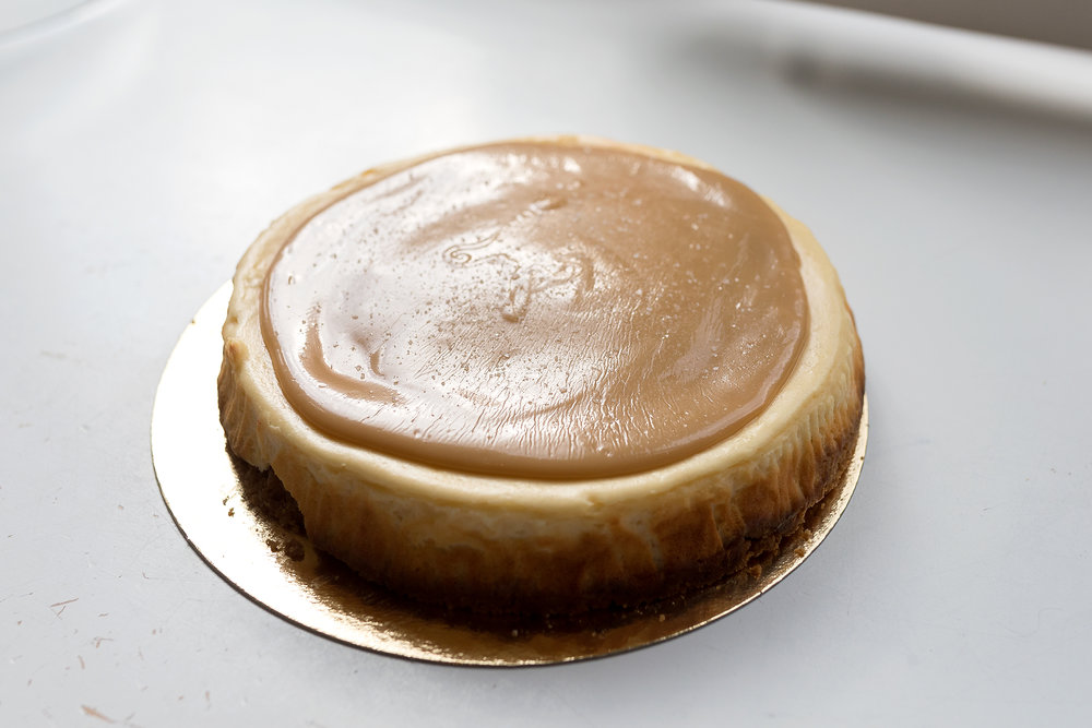 Salted Caramel Cheesecake - Een cheesecake met gezouten karamelsmaak goed voor ongeveer 12 personen. De prijs van de cake is: 38,50