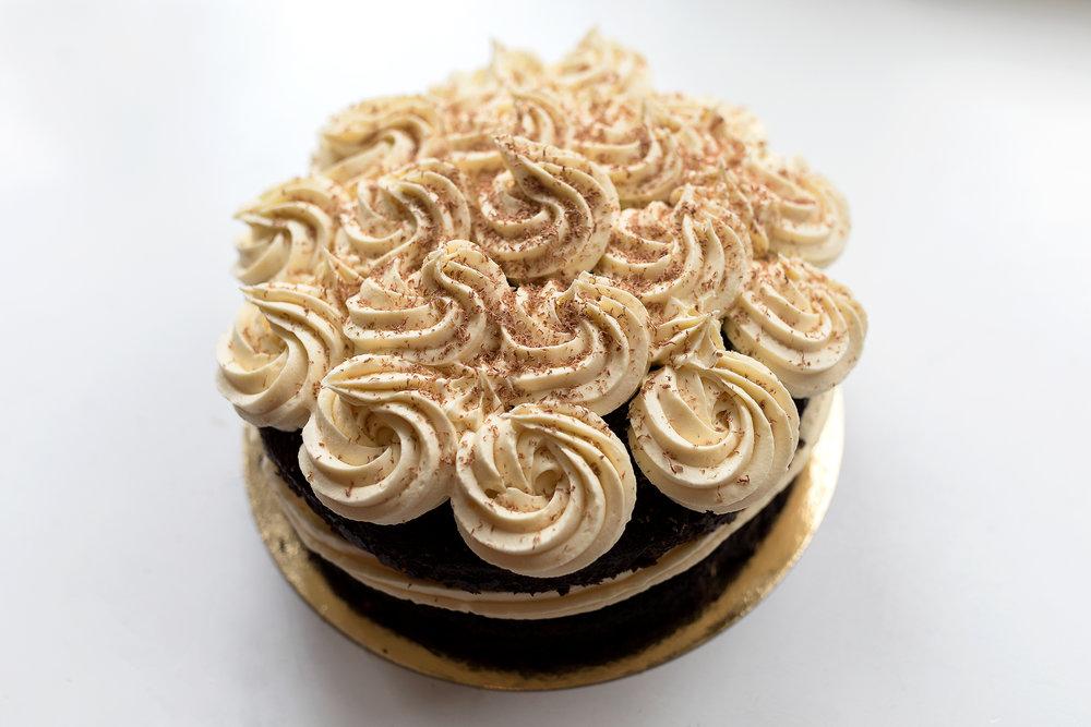 Chocolate Fudge cake - Chocolate fudge cake met witte chocolade topping goed voor ongeveer 16 personen. De prijs van de cake is: 33,50