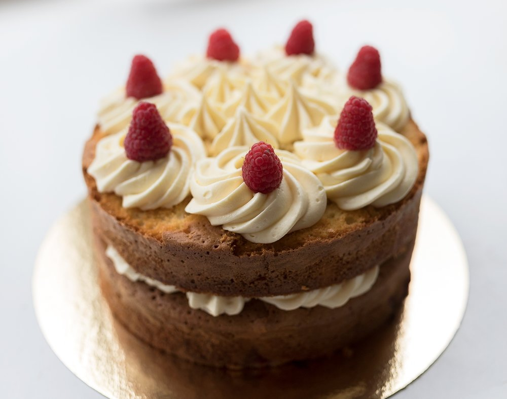 White chocolate and raspberry cake - Heerlijke chocolade & framboos cake met verse frambozen, de cake is goed voor 10 personen. De prijs van deze taart is 32,50.