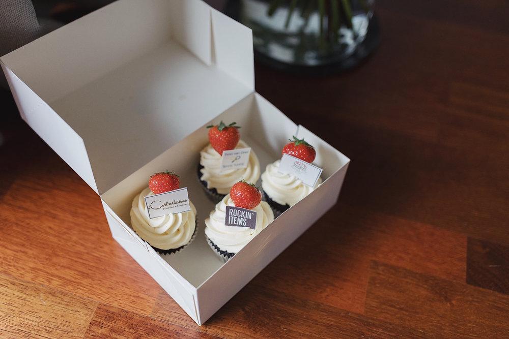 Cupcakes - Voor cupcakes hebben we keuze uit: chocolate fudge met witte chocolade topping, heerlijke red velvet en de worteltjestaart cupcakes. De prijs van een cupcake is 2,95.Ben je veganistisch? Geen probleem, we hebben ook veganistische cupcakes, de prijs hiervan is 3,50.Wil je écht iets speciaals? We kunnen het logo van een bedrijf op de chocolate fudge en op de red velvet plaatsen. De prijs van de cupcake met logo is 3,50 P.S.