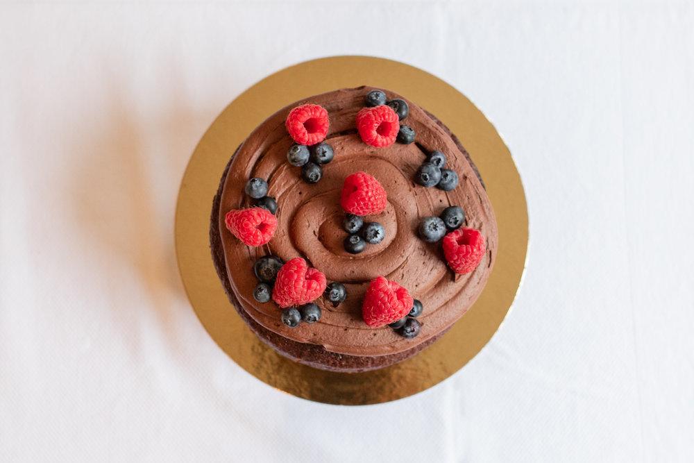 Vegan Chocolate Cake - Heerlijke veganistische chocolade fudge cake bestaand uit twee lagen, de cake is goed voor 12 personen. De prijs van deze taart is 33,50.