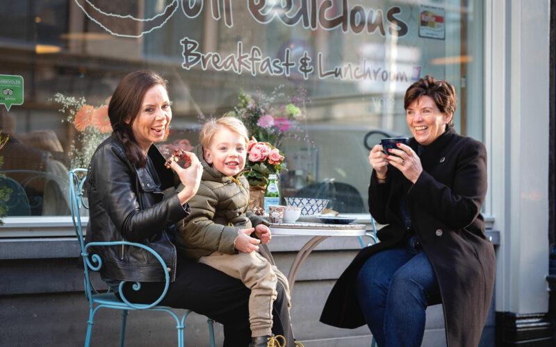 """""""Ruim zes jaar na de opening kunnen we wel zeggen dat het goed gaat met Coffeelicious. Eén van Dordrechts eerste ontbijt- en lunchtentjes heeft inmiddels vijf vestigingen in vier steden, maar is en blijft Dordts."""" - In de Buurt Dordrecht"""