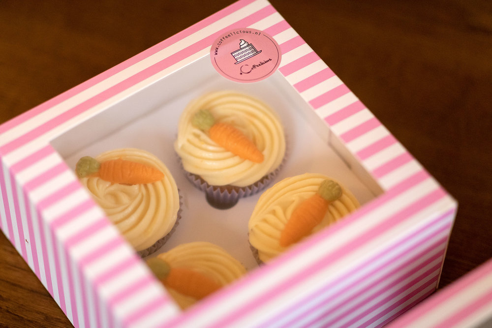 Box of cupcakes - In need of a last minute present? A pretty box with four cupcakes will make everybody happy! Choose between chocolate fudge cupcakes with white chocolate topping, red velvet cupcakes or carrot cake cupcakes. (12,95 per box)In need of something a bit more specific? Ask us what the possibilities are.