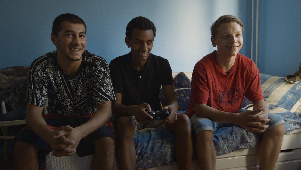 Barneraneren Noah omgitt av vennene Hachim, til venstre, og Tim.