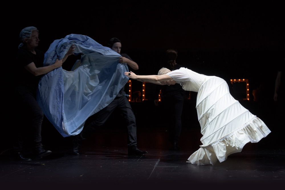 Orlando (Nina Ellen Ødegård) er blitt kvinne og må kle seg deretter. Alle foto: Stig Håvard Dirdal, Rogaland teater.
