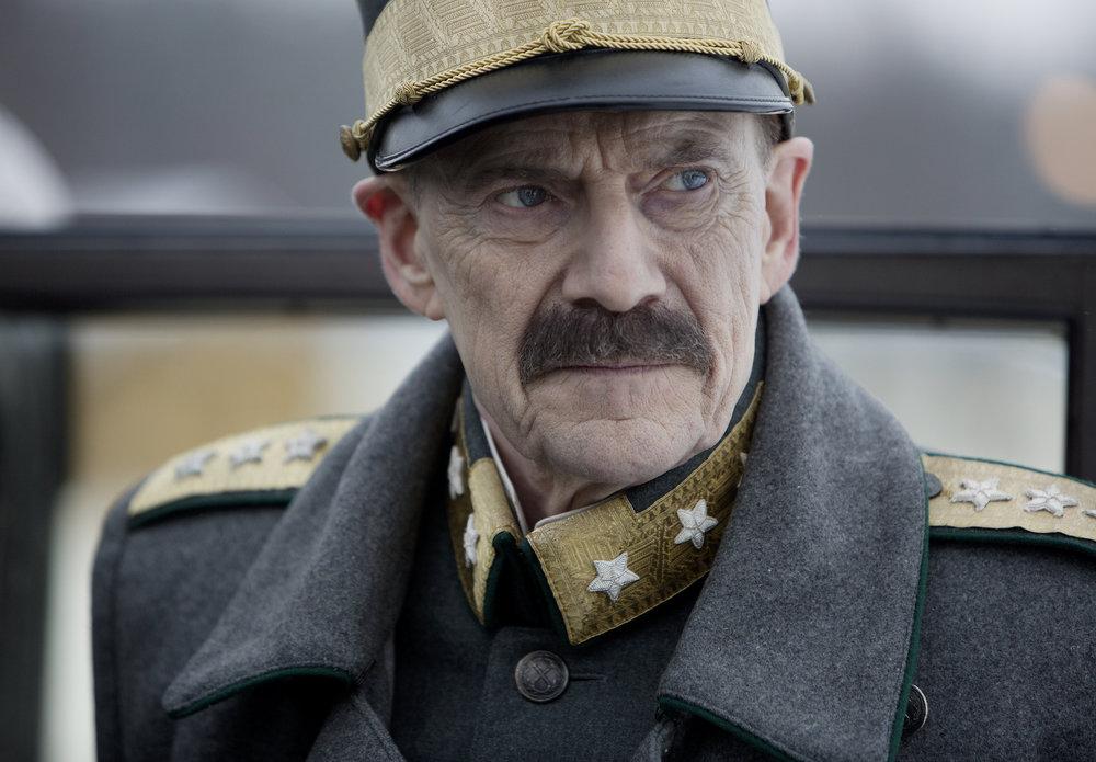 Kong Haakon VII. spilles glitrende av den danske skuespilleren Jesper Christensen.