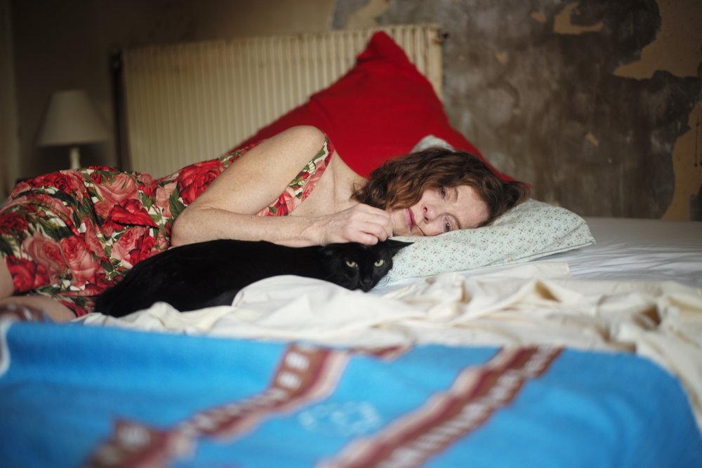 Katten blir en venn for Nathalie (Isabelle Huppert) da alt annet rakner.