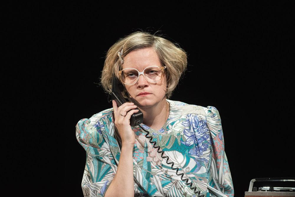 Haha, skratter vi høylytt da Nina Ellen Ødegård tøfler inn i stua som ytterst sliten dame.