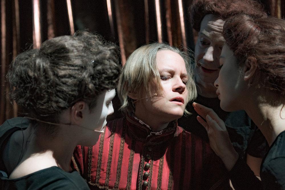 Orlando (Nina Ellen Ødegård) omgitt av danserne Erlend Auestad Danielsen og Cassandra Loo.