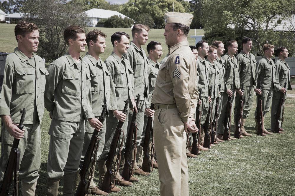 Desmond Doss, nummer 2 fra venstre, nekter å motta Hærens rifler. Han vil gjøre militærtjeneste som sanitetssoldat.