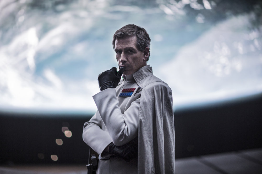 Den arrogante Dr. Krennic (Ben Mendelsohn) sørger for å utvikle masseødeleggelsesvåpenet Dødsstjernen.