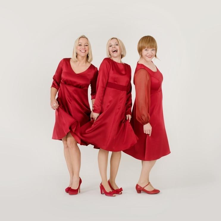 Hanne Sørvaag, Britt-Synnøve Johansen og Randi Tytingvåg er ikke engstelige for å synge om julens kristne budskap i Stavanger konserthus. (Foto: Marie von Krogh)
