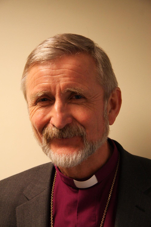 Avtroppende biskop Erling Pettersen refser både regjering og domstoler for behandlingen av asylsøkere.