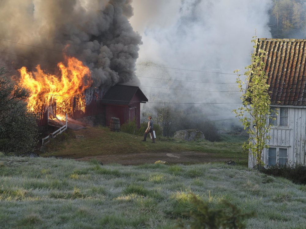 Brannsjefens sønn driver ikke bare med slukningsarbeid når det brenner i bygda.