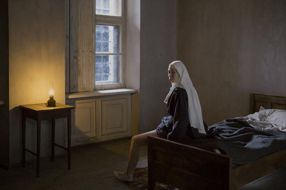 """Voldtatt nonne blir ingen platt klisjé, men en grufull skjebne i Anne Fontaines drama """"Agnus Dei""""."""