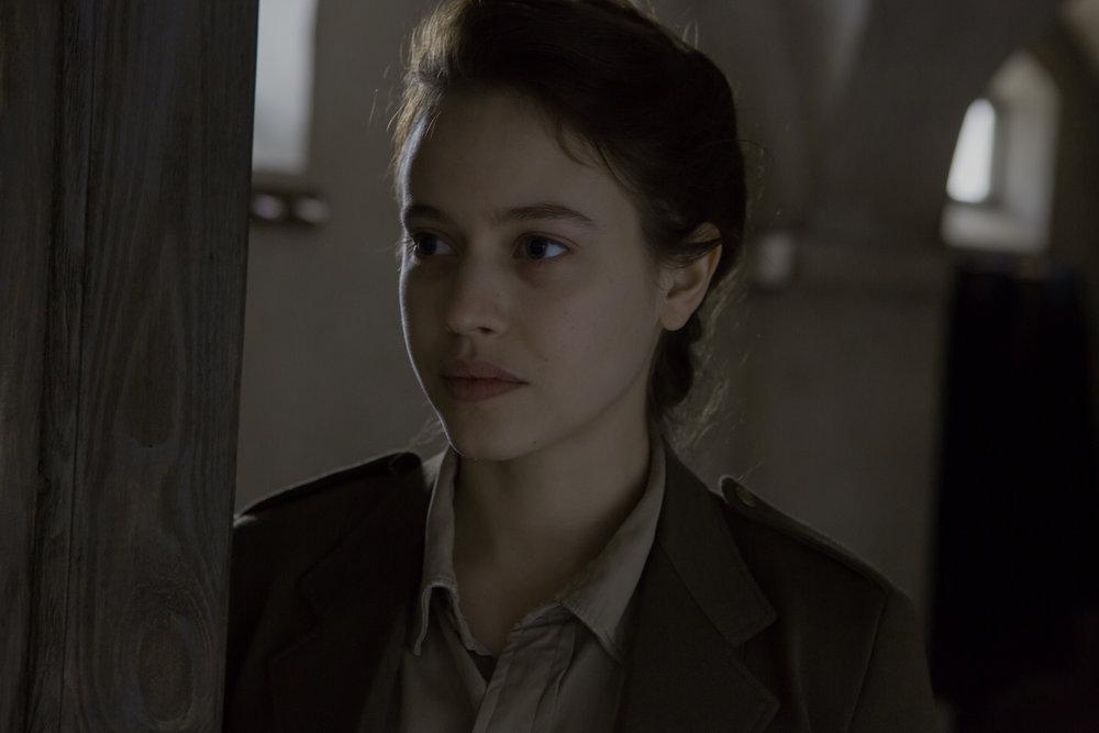 Røde Kors-legen Mathilde (Lou de Laâge) hentes til klosteret for å bistå under kompliserte fødsler.