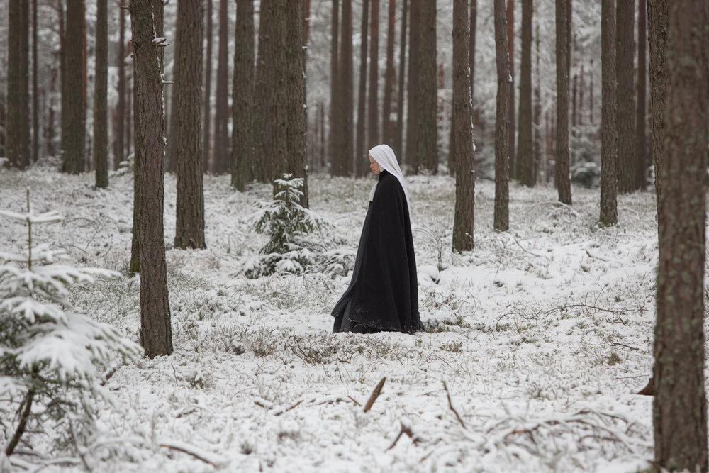 """""""Agnus Dei"""" er filmet i en dempet fargeskala, fra slitte klostervegger til snøkledd skogsmark."""