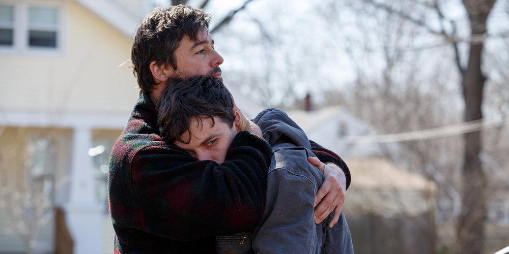 Storebror Joe (Kyle Chandler) prøver å trøste Lee (Casey Affleck).