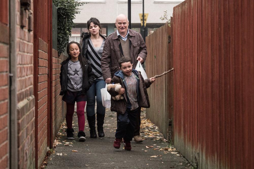 Den hjertesyke tømreren Daniel (Dave Johns) forsøker å hjelpe alenemoren Katie og hennes barn.