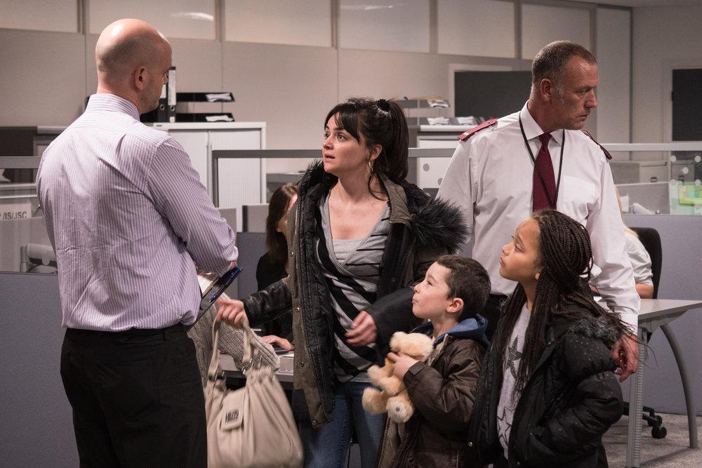 Alenemoren Katie   (Hayley Squires) møter ingen nåde på sosialkontoret da hun kommer litt for seint til en avtalt time.