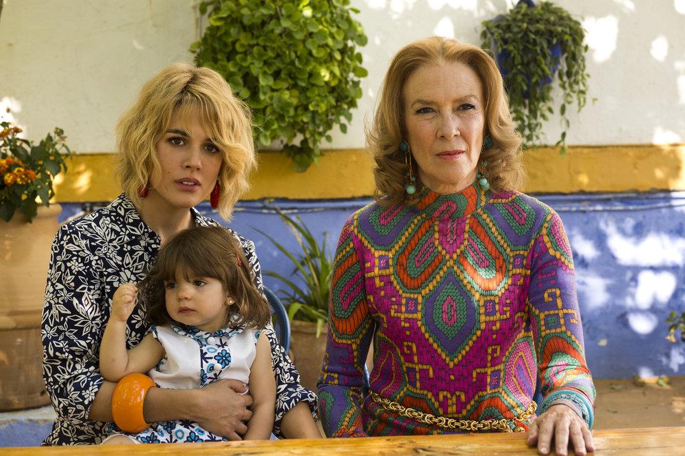 Julieta (Adriana Ugarte) med datteren Antia på besøk hos bestemoren Sara (Susi Sanchez).