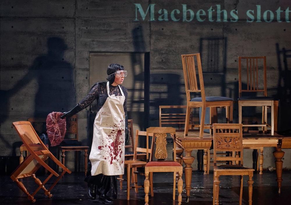 Den maktsyke Lady Macbeth (Marlene Håland Landråk)tilbereder villsvinsteken.