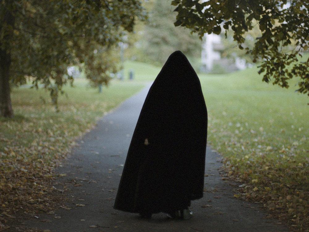 """Storm utkledd som Mørk materie – til forveksling lik Ingmar Bergmans framstilling av Døden i filmen """"Det sjuende seglet""""."""