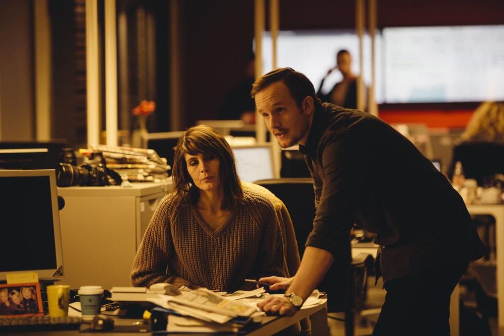 Den erfarne journalisten Harrieth (Kari Bremnes) og hennes unge, lovende kollega (André Sørum).