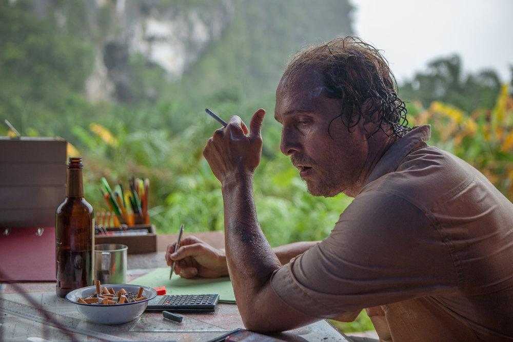 Kenny Wells (Matthew McConaughey) som malariasyk og sliten gullgraver i Indonesia.