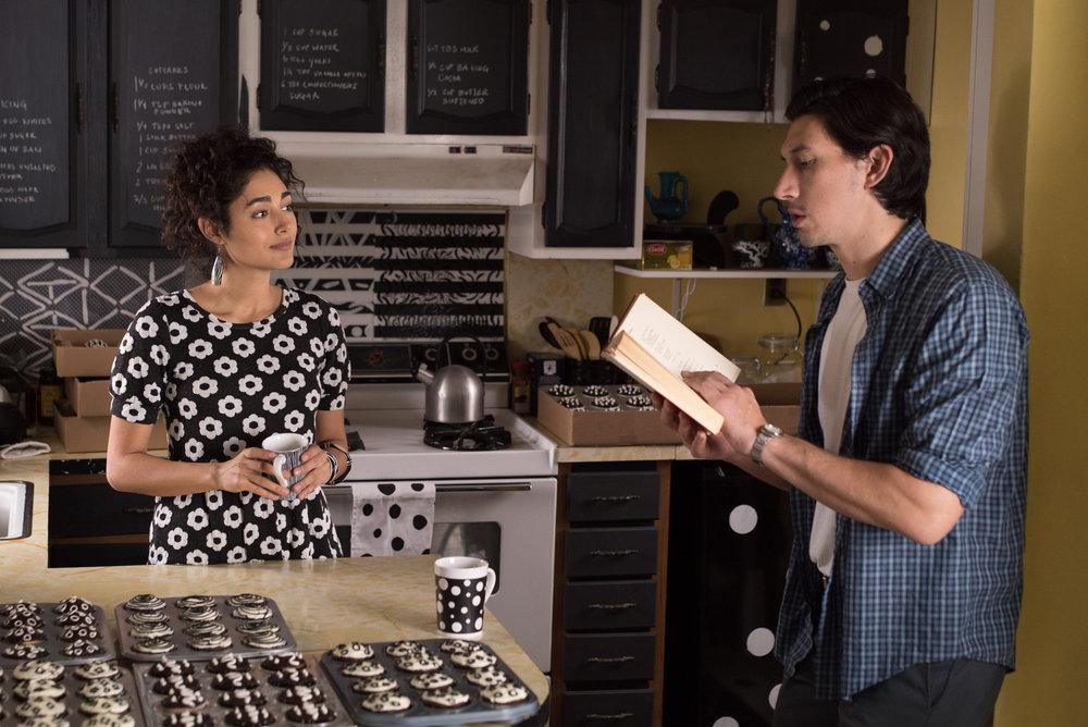 Den hjemmearbeidende Laura (Golshifteh Farahani) elsker mønstre i svart/hvitt. Hennes mann, Paterson, (Adam Driver) elsker diktene til William Carlos Williams.