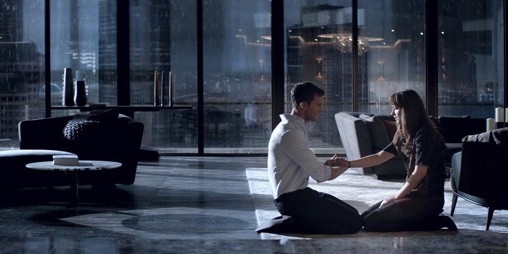 Mangemilliardæren Christian Grey (Jamie Dornan) har lokket Ana (Dakota Johnson) tilbake i leiligheten sin.