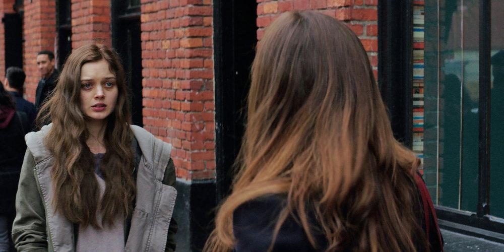 Greys ekskjæreste Leila (Bella Heathcote) forfølger Anastasia Steele rundt om i Seattle.