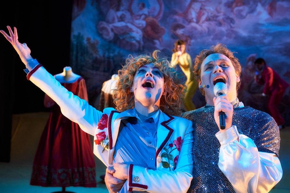 Den lekne keiseren (Cato Skimten Storengen) og hoffdamen Divana (Ingrid Rusten) i et lystig øyeblikk.
