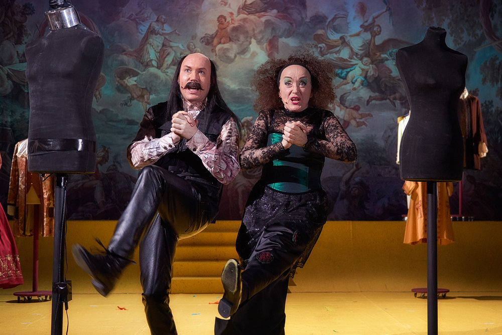 Bedragerne kommer (Mette Arnstad og Marko Kanic) for å lure Keiseren trill rundt med usynlige klær.