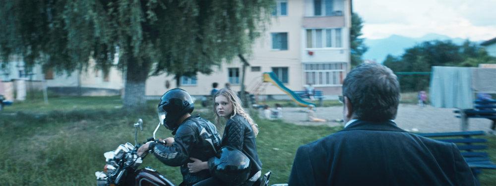 Faren vil ikke at datteren skal bli boende i Romania. Men jenta vil være sammen med kjæresten sin.