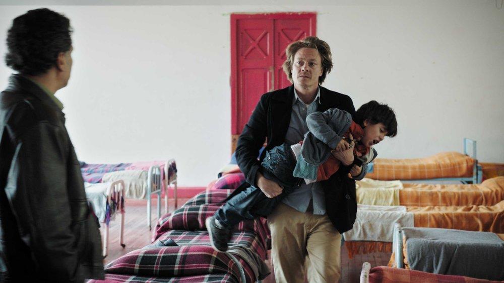 – Jaja, rist mer, sa Kristoffer Bech, helt til han fant ut at nå var det vondt nok. Scene fra Hjertestart. (Foto: Filmweb.no)