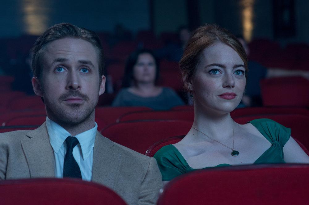 Sebastian (Ryan Gosling) og Mia (Emma Stone) i et av La la lands beste øyeblikk .