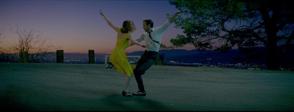Mia (Emma Stone) og Sebastian (Ryan Gosling) nærmer seg hverandre oppe i Griffith Park.