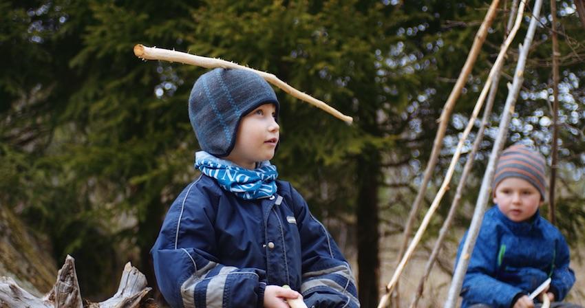 Barna i 6-årsklubben i Aurora Steinerbarnehage har spikket stokker som skal bli til kjepphester.