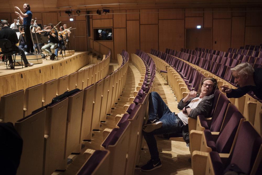- Å se hvordan dirigent Christian Vasquez kommuniserer med musikerne og hvor fort de jobber, er overraskende, synes skuespiller Kristoffer Joner. Til høyre produsent Jarle Bjørknes i produksjonsselskapet Incitus.