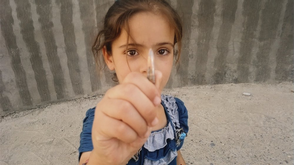 Sarah, datter til sykepleier Nori Sharif, viser fram en geværkule hun har funnet.