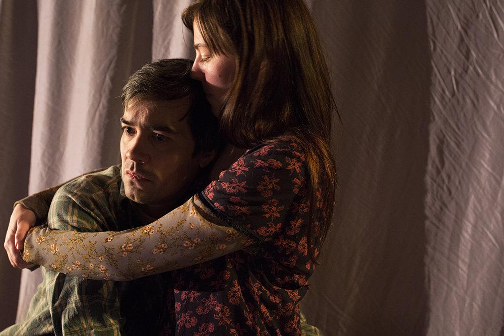 - Det viktigaste går det liksom ikkje an å seie noko om. Fredrik (Hermann Sabado) og Agnes (Hanne Skille Reitan) sørger over barnet de har mistet.